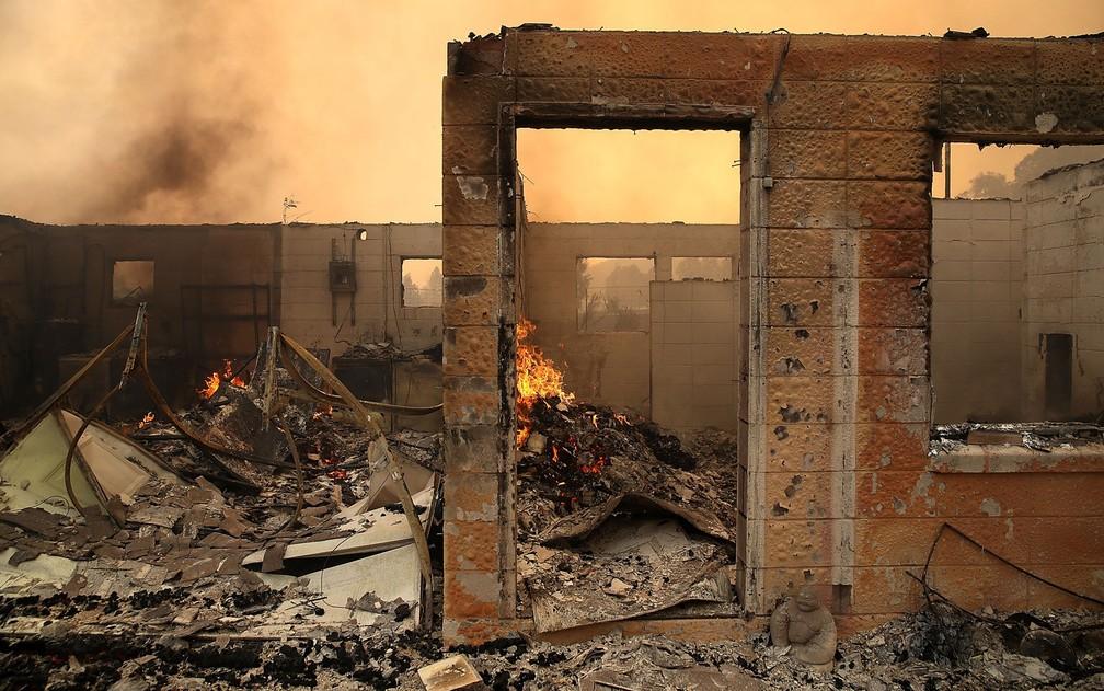 Ruínas de casas destruídas por incêndio em Glen Ellen, na Califórnia, na segunda-feira (9) (Foto: Justin Sullivan/Getty Images/AFP)
