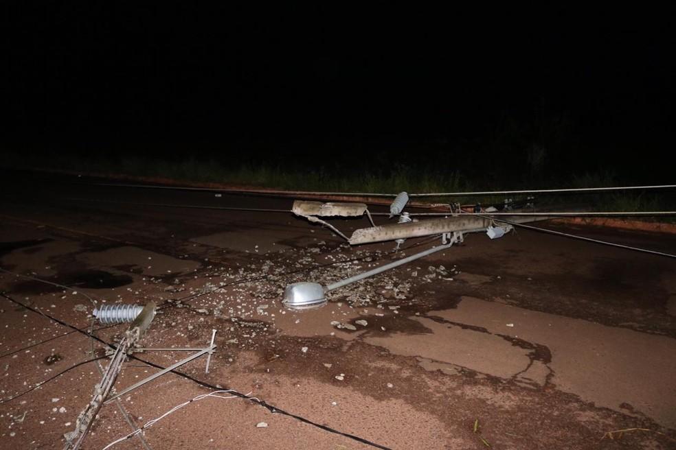 Postes de energia elétrica foram danificados durante temporal em cidade de MS — Foto: Edinho Côrrea/Arquivo Pessoal