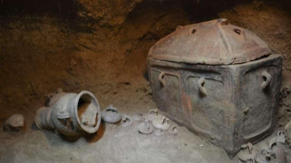Tumba tinha cerâmicas, esculturas e dois esqueletos masculinos (Foto: Greek Ministry of Culture)