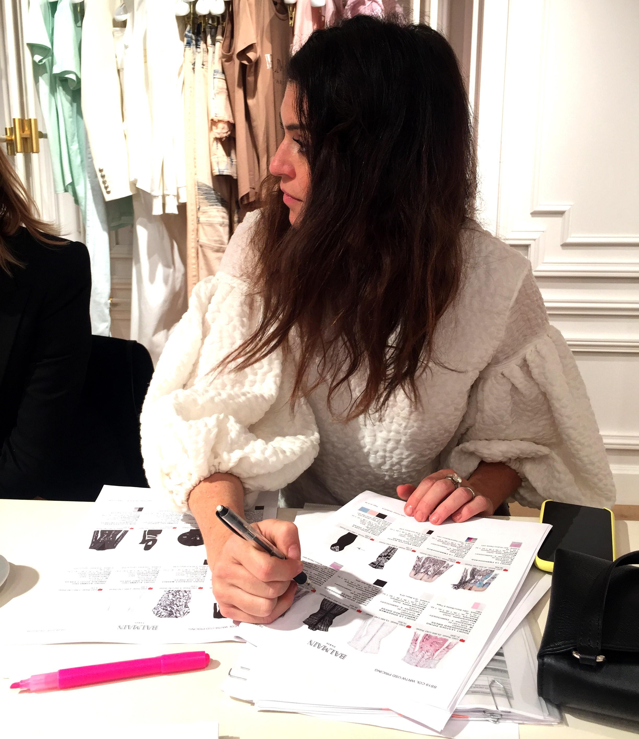Natalie Klein com planilhas à mão no showroom da Balmain (Foto: Vogue Brasil)