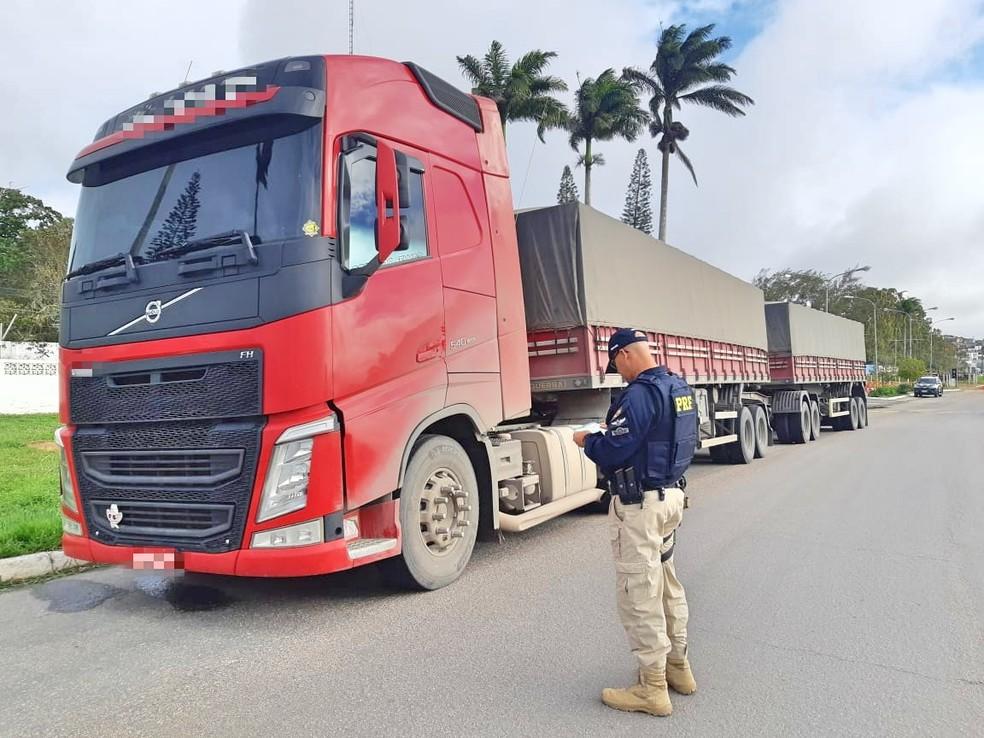 Caminhão com excesso de carga é apreendido na BR-423, em Garanhuns — Foto: PRF/Divulgação