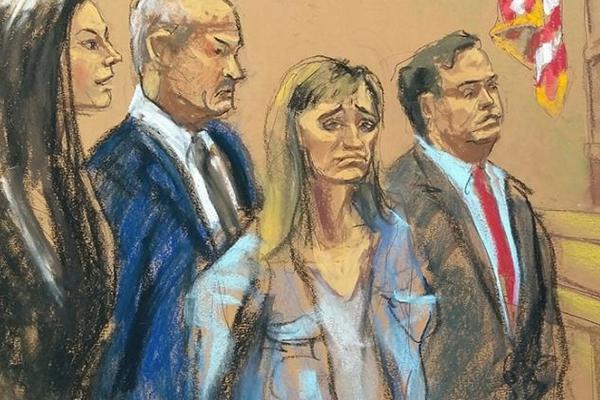 A arte feita por uma ilustradora oficial da Justiça dos Estados Unidos durante a audiência, sem a presença de fotógrafos, da atriz Allison Mack (Foto: Divulgação/Jane Rosenberg)