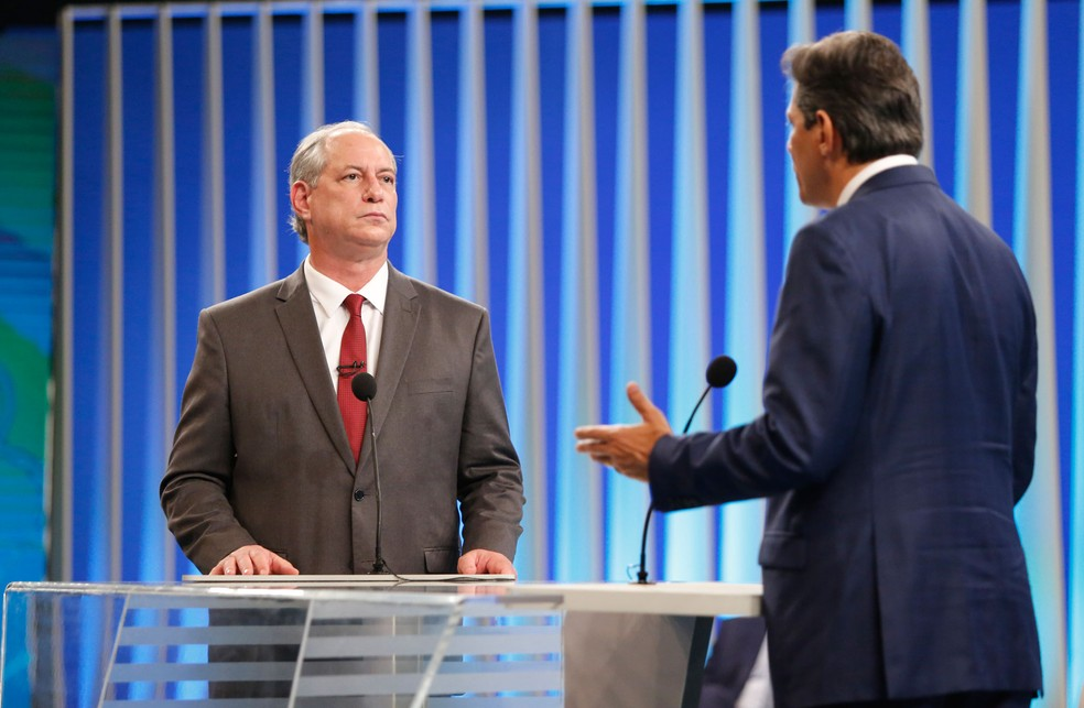 Ciro Gomes (PDT) ouve fala de Fernando Haddad (PT) durante debate na TV Globo, em 4 de outubro — Foto: Marcos Serra Lima/G1