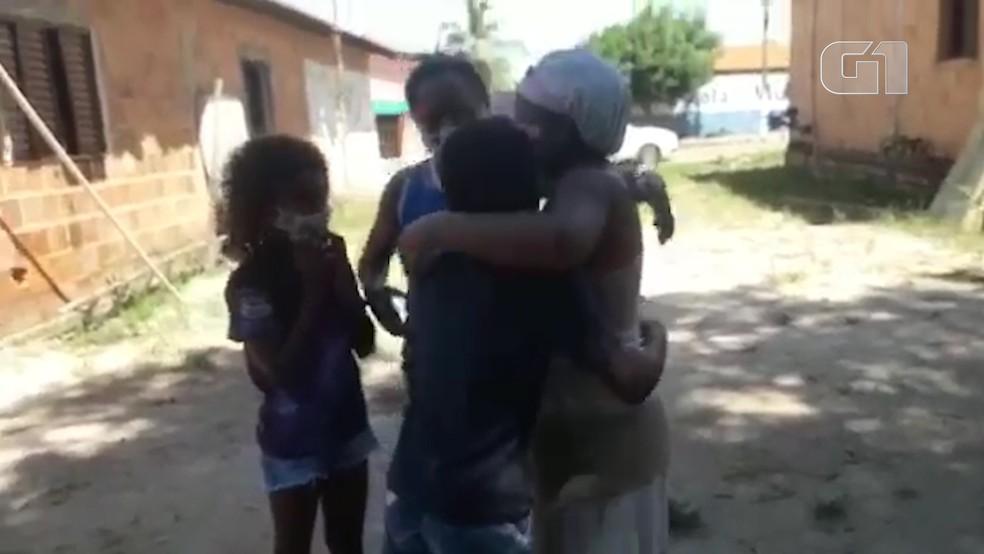 Paciente é recepcionada com foguetório após alta da Covid-19 em Imperatriz — Foto: Secretaria de Estado da Saúde do Maranhão