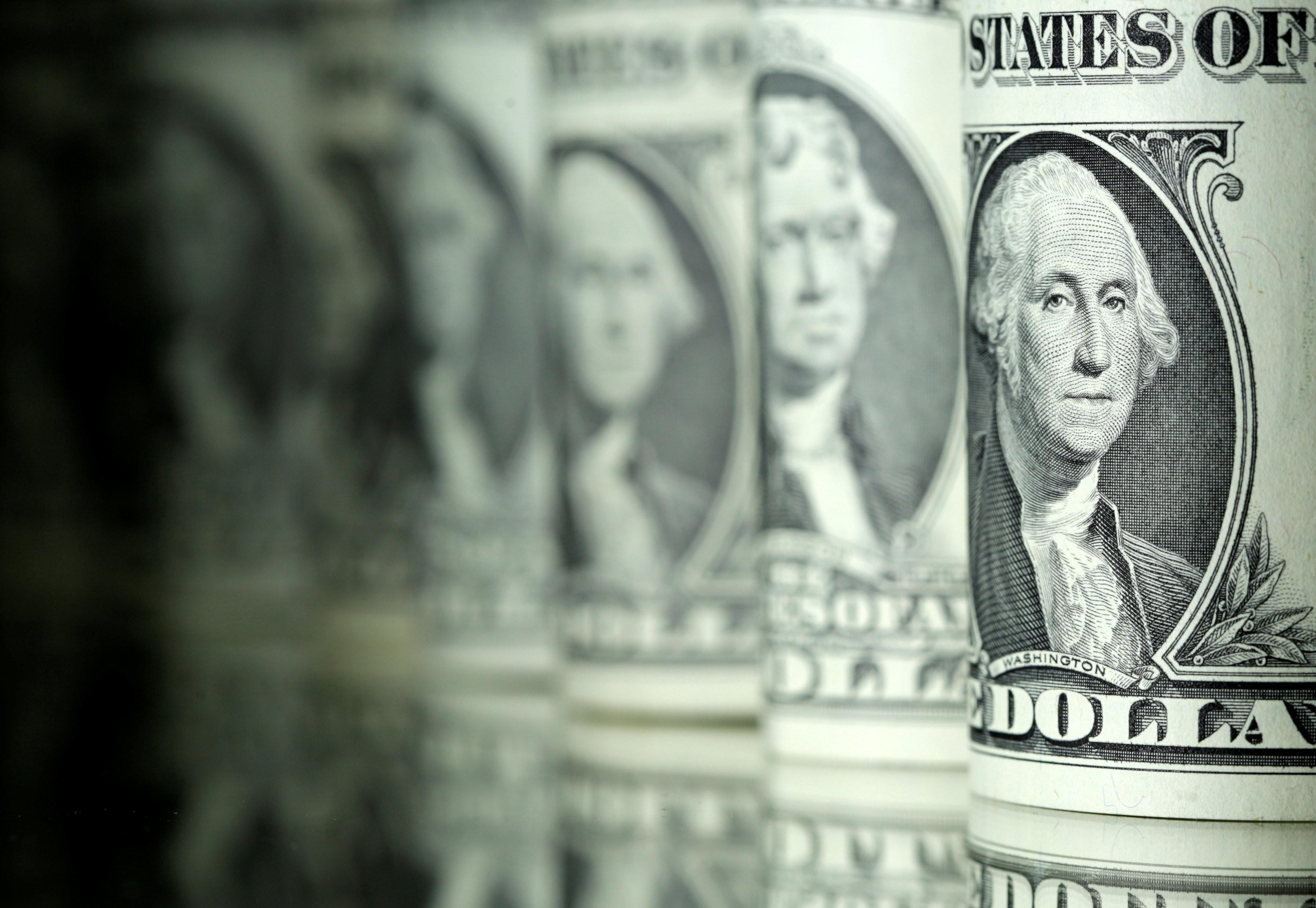 Dólar opera em queda, abaixo de R$ 5,50