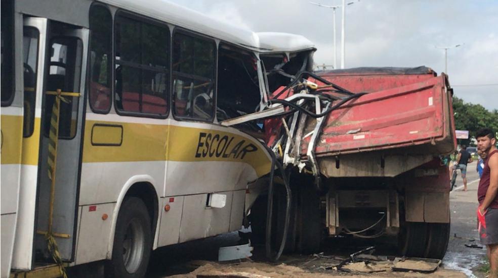 Acidente entre ônibus escolar e caminhão deixou pelo menos oito feridos. (Foto: Anézia Gomes/TV Verdes Mares)