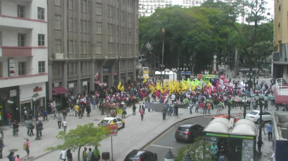 Protesto na Boca Maldita, em Curitiba, reúne 300 pessoas, segundo a Polícia Militar (Foto: Reprodução/ RPC Curitiba)