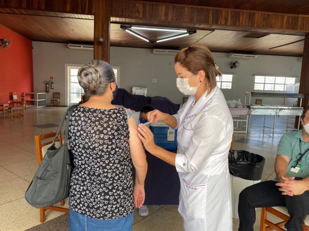 Idosos a partir de 70 anos recebem 2ª dose da CoronaVac nesta terça-feira em Sorocaba