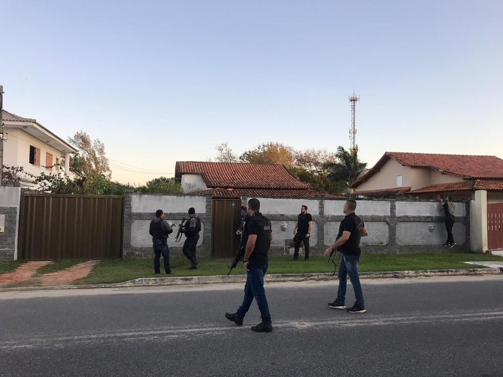 Polícia e MPRJ cumpriram mandados de prisão contra suspeitos de comandar milícia em Araruama, no RJ — Foto: Laila Hallack/Inter TV