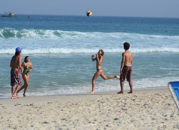 Sasha joga vôlei com Bruno Montaleone e amigos (Foto: Agnews)