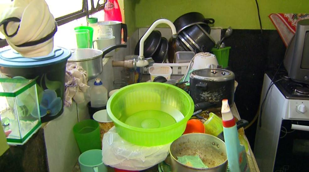 Louças se acumulam em casa de moradora do bairro Jardim Santa Rita em Orlândia, SP (Foto: Reprodução/EPTV)