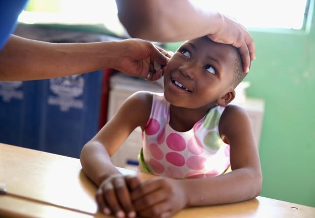 Criança em Lesoto - Surdez - saúde - audição - deficiente auditivo  (Foto: Chris Jackson/Getty Images)