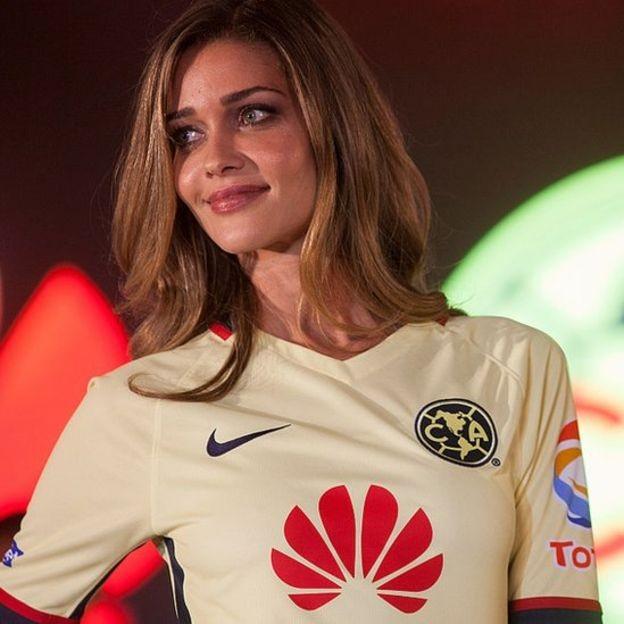 Modelo brasileira Ana Beatriz Barros com camiseta do América de México, um dos muitos times patrocinados pela Huawei (Foto: Getty Images)
