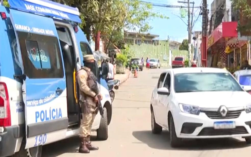 Polícia reforçou efetivo com base móvel de segurança em São Caetano — Foto: Reprodução/TV Bahia