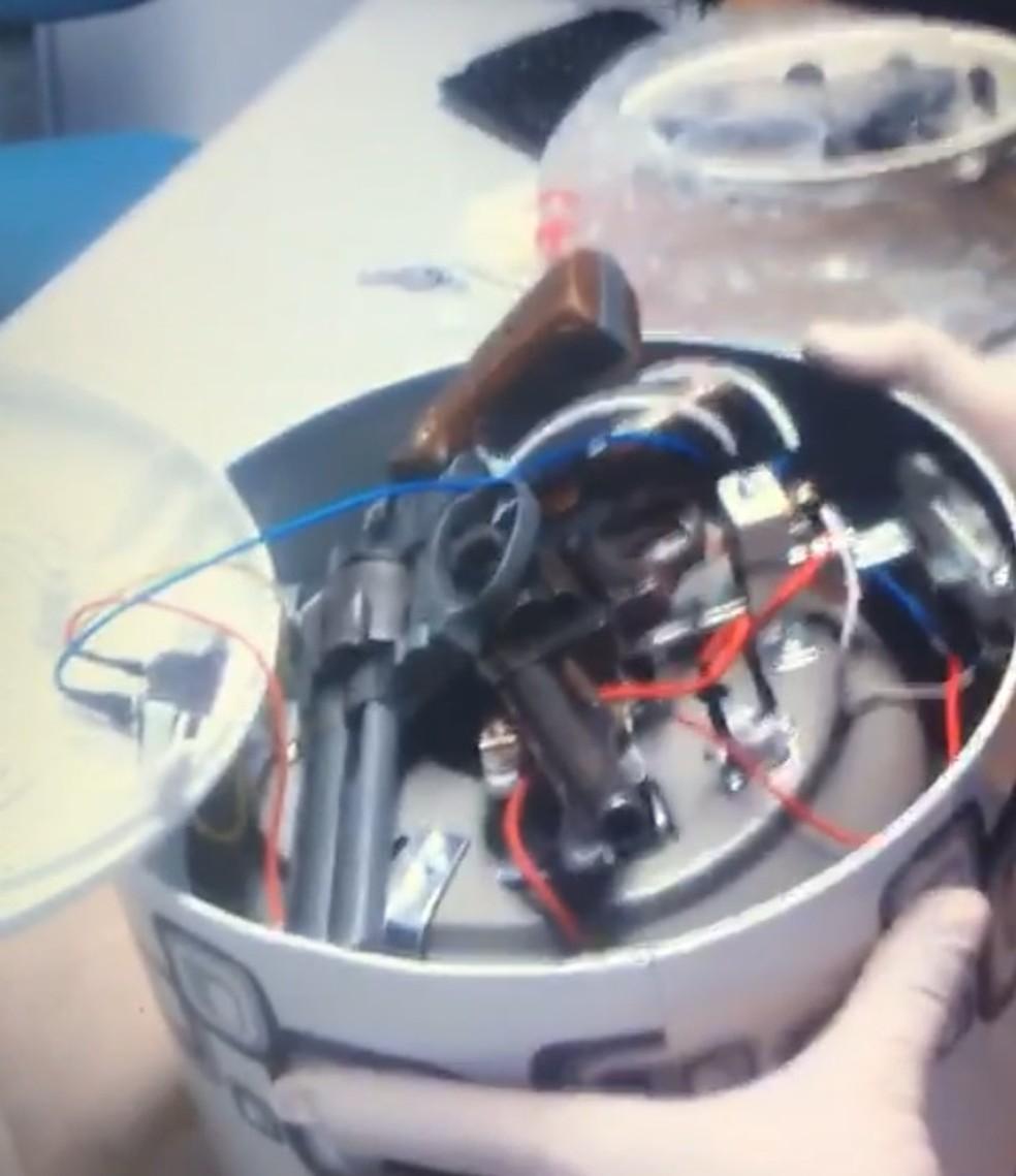 Armas eram transportadas escondidas em equipamentos eletrônicos — Foto: Divulgação/PF
