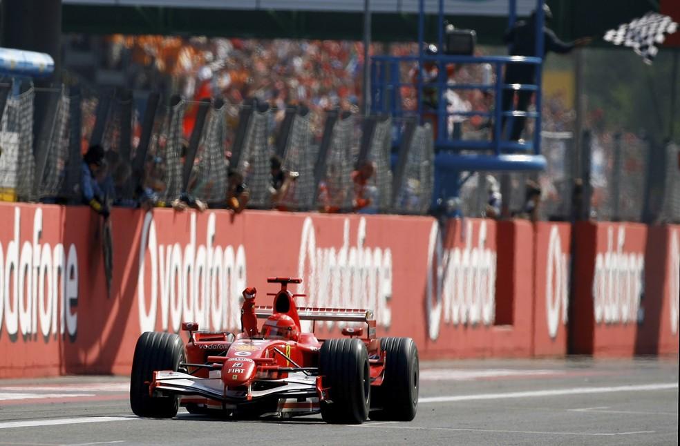Schumacher cruza a linha de chegada para vencer pela última vez em Monza, em 2006 — Foto: Getty Images