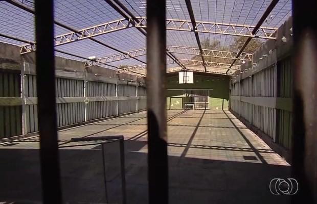 Quadra é usada apenas para banho de sol de internos em Goiânia, Goiás (Foto: Reprodução/ TV Anhanguera)