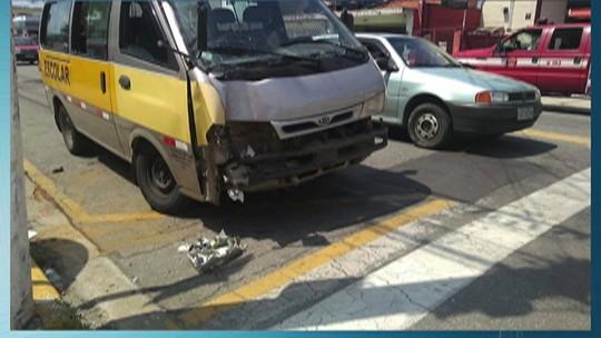 Crianças são levadas ao hospital após van escolar bater em poste em Suzano, diz polícia