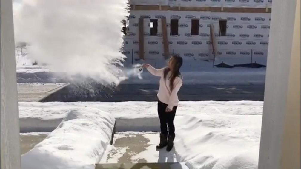 Mulher mostra que água fervente congela assim que entra em contato com ar congelado durante onda de frio nos EUA — Foto: @melissa_takes_fashion/via REUTERS