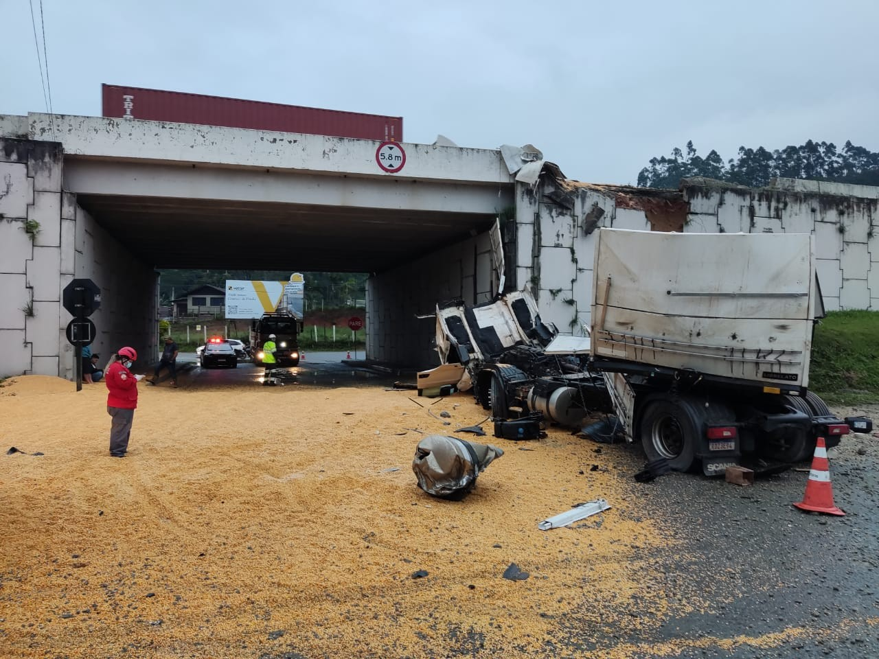 Carreta tomba e cai de viaduto após colidir contra carro em Penha