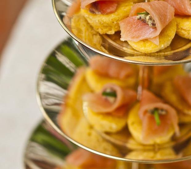 Muffin de Milho com salmão defumado e mostarda em grãos (Foto: Ricardo Corrêa/ Editora Globo)