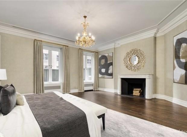 A casa conta com sete suítes. Todas elas seguem um estilo de decoração parecido e clássico (Foto: Trulia/ Reprodução)