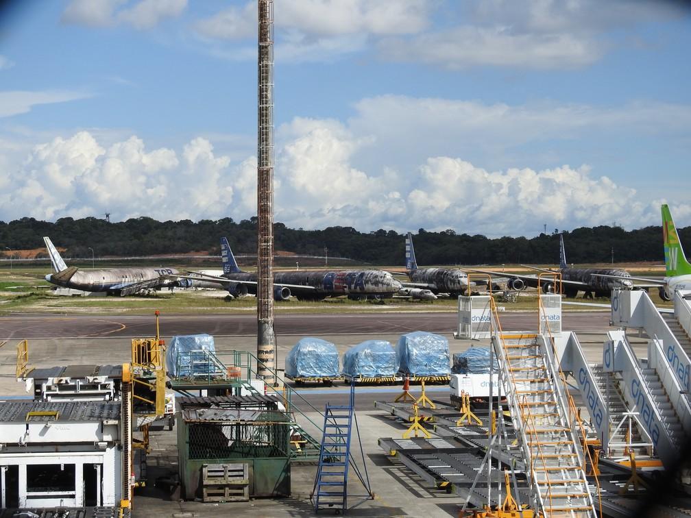 As aeronaves estão na pista do Aeroporto Internacional Eduardo Gomes, em Manaus. — Foto: Patrick Marques/G1 Amazonas