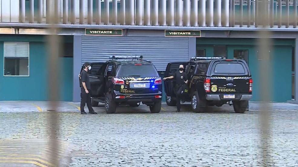 Policiais federais foram à garagem onde teria ocorrido a vacinação em BH — Foto: Reprodução/TV Globo