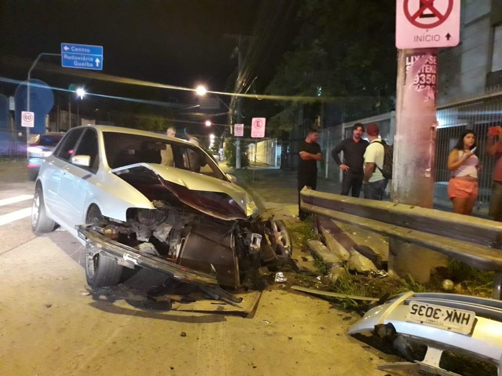 Durante perseguição, viatura bate em carro e motorista é hospitalizado em Porto Alegre  - Noticias