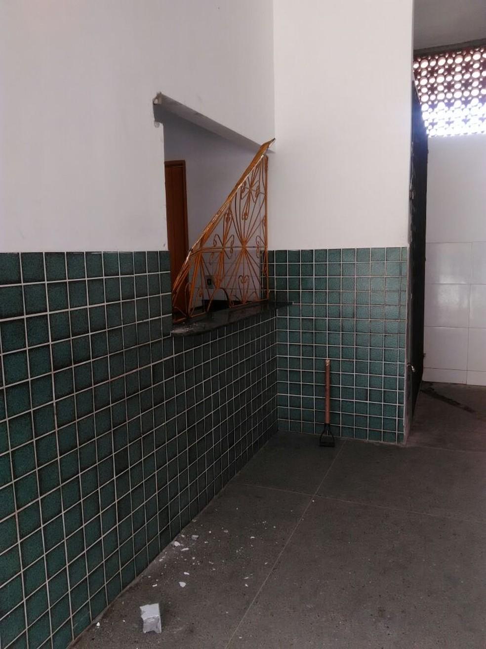 Grades foram arrancadas pelos criminosos na escola estadual em Canguaretama (Foto: Cedida)