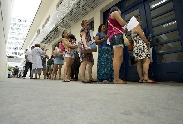 Fila em posto de saúde no Rio para aplicação da vacina contra a Febre Amarela