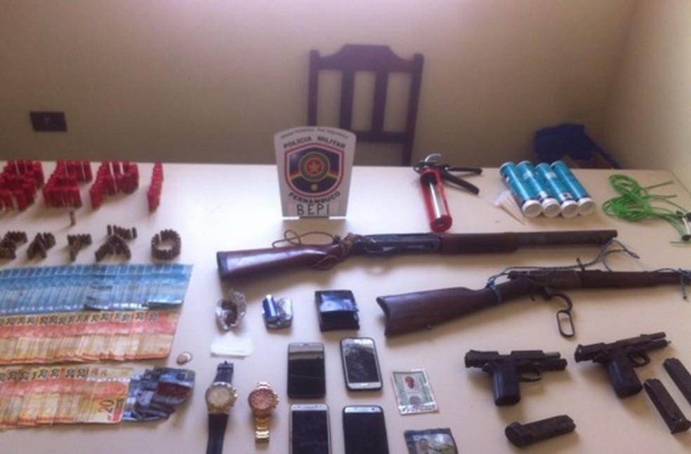 Armas, dinheiro e munição foram apreendidos com integrantes da quadrilha em Ibimirim, em Pernambuco (Foto: PMPE/Divulgação)