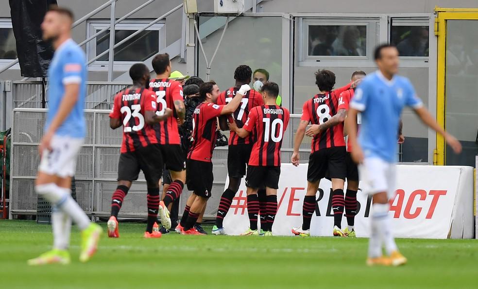 Jogadores do Milan comemoram na vitória sobre a Lazio — Foto: REUTERS/Daniele Mascolo
