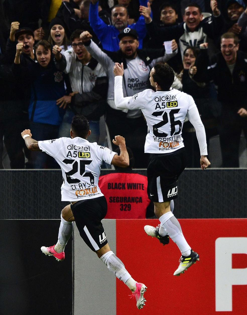 Clayson e Rodriguinho comemoram o segundo gol corintiano em Itaquera (Foto: Marcos Ribolli)