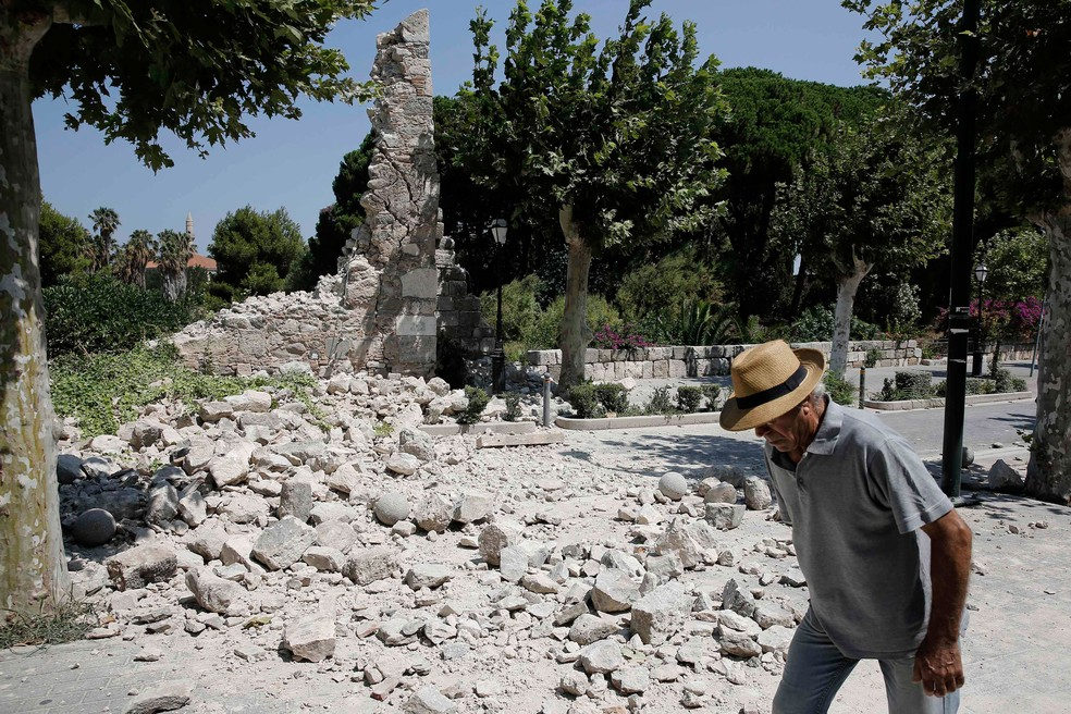 Homem passa nesta sexta (21) em frente a destroços após terremoto que atingiu a ilha grega de Kos (Foto: Costas Baltas/ Reuters)