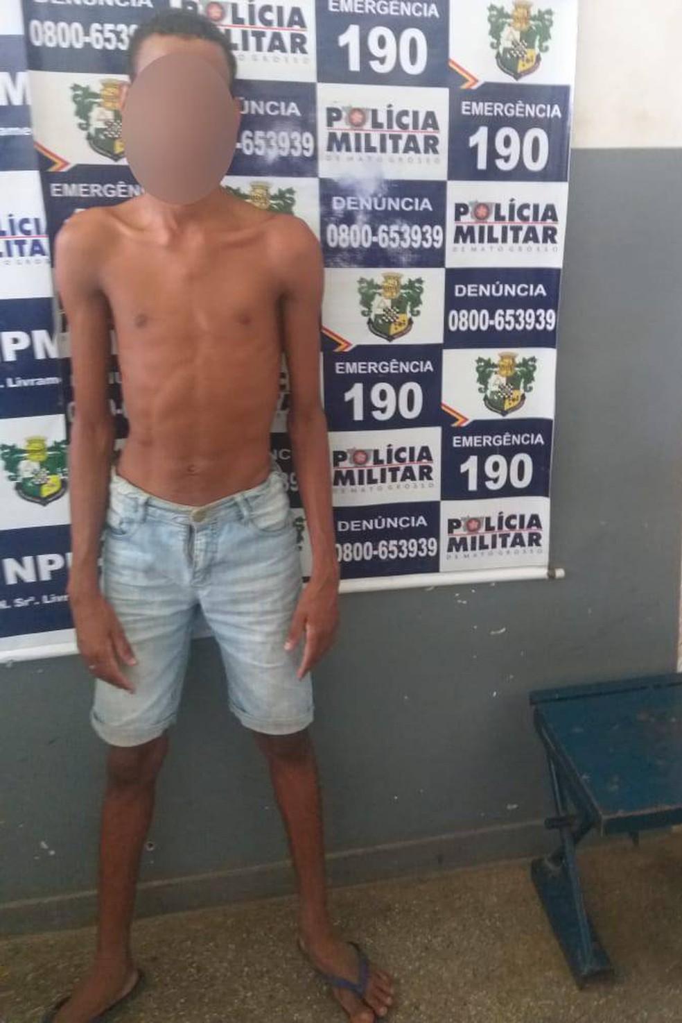 Jovem foi preso suspeito de estuprar menino durante jogo 'verdade ou desafio' em casa abandonada em Várzea Grande — Foto: Polícia Militar de Várzea Grande/Divulgação