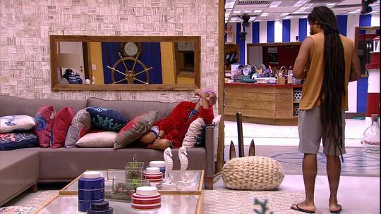 Ayrton avisa Viegas na sala: 'Vou dormir aqui'