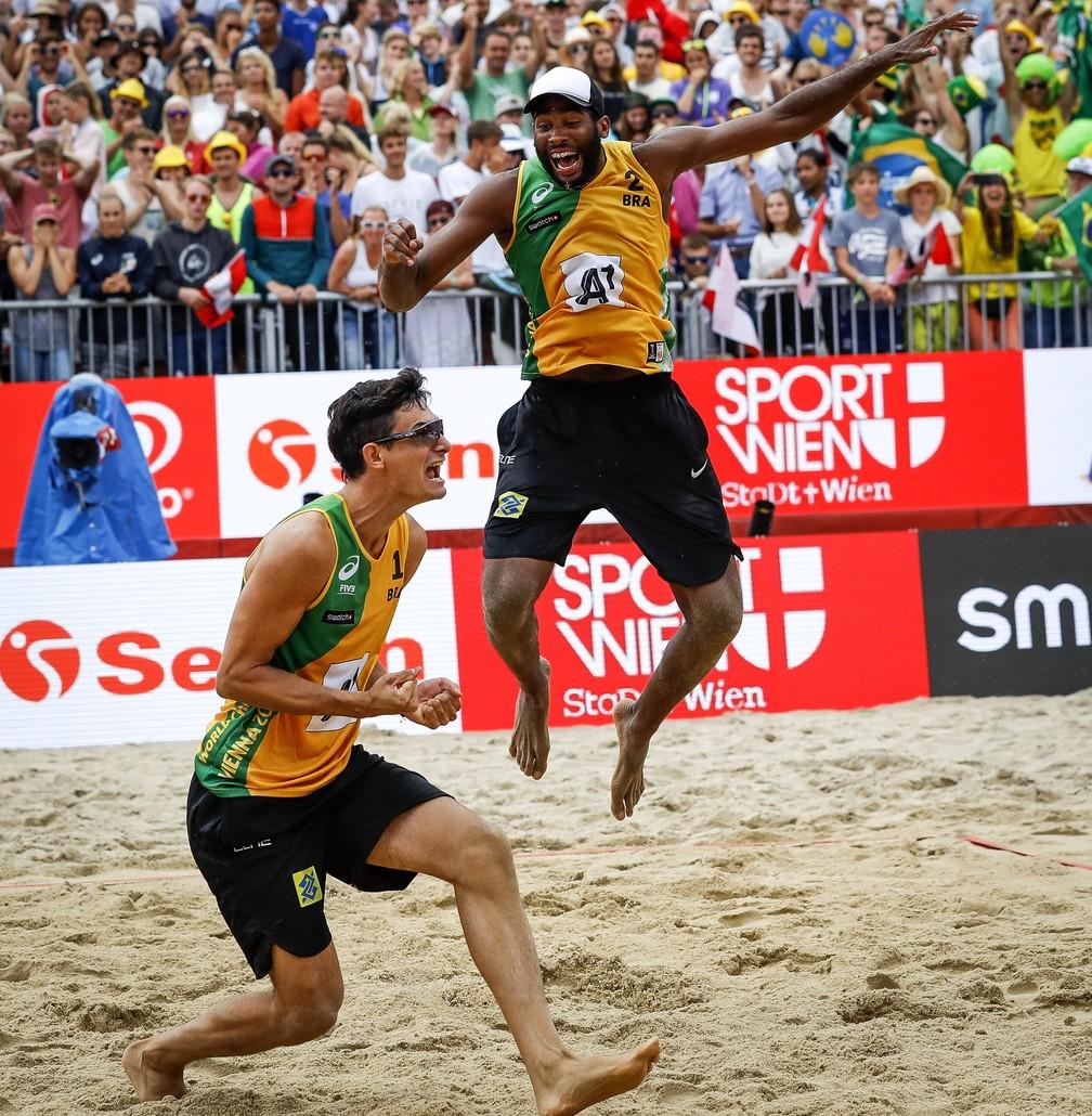 Brasileiros vibram após a confirmação do título (Foto: Divulgação/FIVB)
