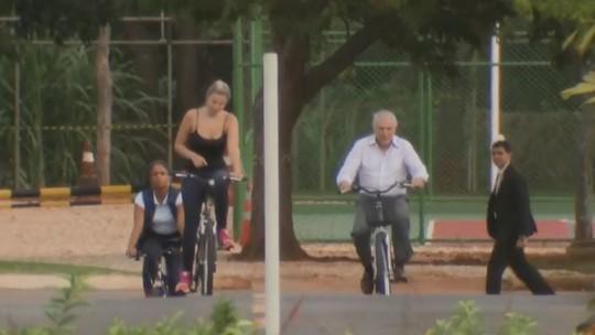 Resultado de imagem para temer e marcela pedalam juntos