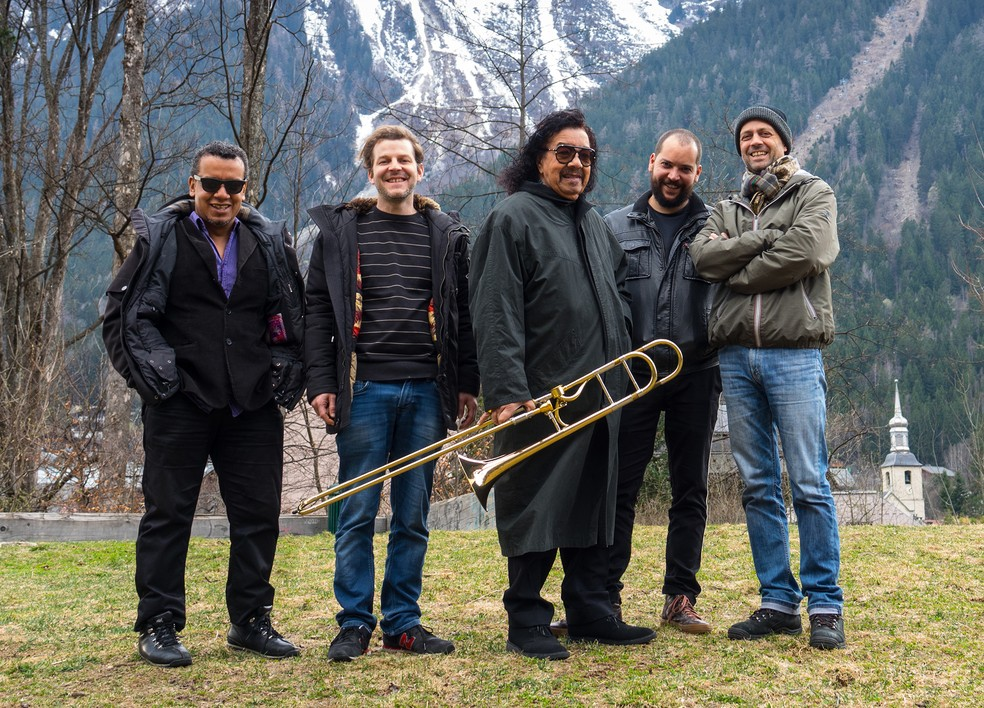 Raul de Souza com os músicos que tocam no álbum 'Blue voyage' — Foto: Divulgação / Emmanuelle Nemoz