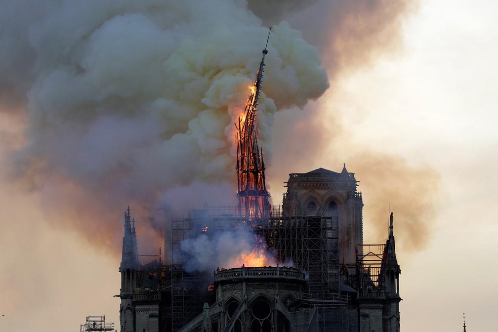 Torre da Catedral de Notre-Dame cede e entra em colapso consumida pelas chamas durante incêndio em famoso cartão-postal de Paris — Foto: Geoffroy Van Der Hasselt/AFP