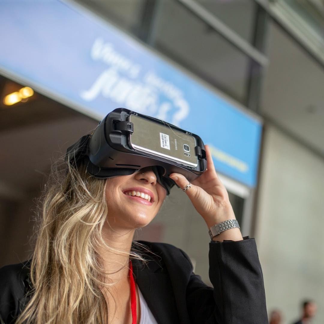 Participante testa um óculos de realidade virtual no Rio2C, maior evento da indústria criativa da América Latina (Foto: Reprodução/Instagram)