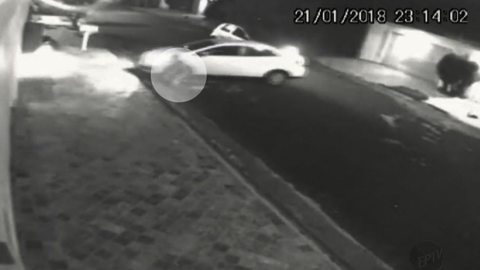 Ladrão foi atropelado por motorista de aplicativo em tentativa de assalto em Ribeirão Preto (Foto: Reprodução)