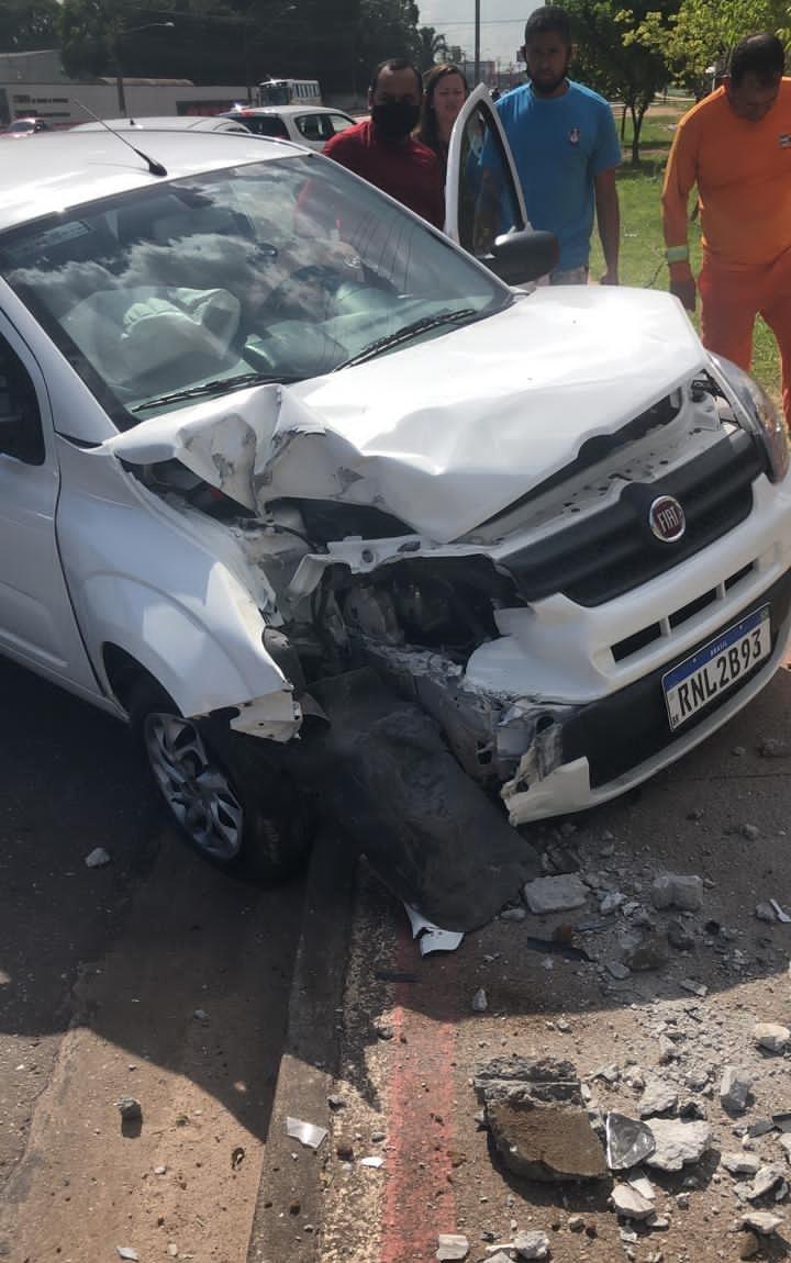 Carro colide com poste e fica parcialmente destruído na av. Augusto Montenegro, em Belém