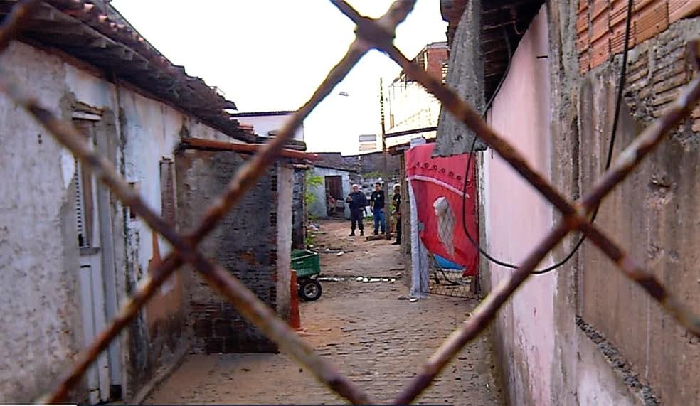 Baleado, homem morreu dentro de vila de casas na Zona Oeste de Natal — Foto: Reprodução/Inter TV Cabugi
