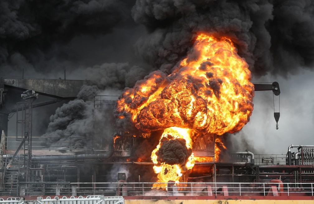 Fogo é visto a bordo de um petroleiro no porto de Ulsan, na Coreia do Sul, neste sábado (28). — Foto: Yonhap via Reuters
