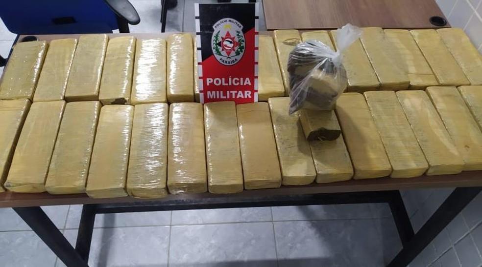 Droga estava em um cômodo, dentro de uma caixa, distribuída em mais de 30 tabletes.  — Foto: Divulgação/Polícia Militar
