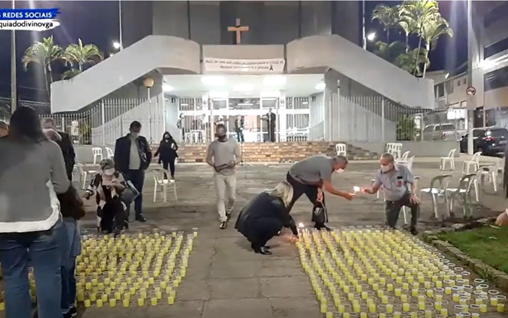 Igreja de Varginha faz celebração e acende velas em homenagem aos 500 mil mortos pela Covid-19 no Brasil