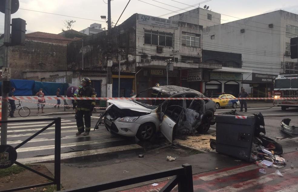 Carro foi queimado na Rua João Pessoa (Foto: Andressa Barboza/G1)