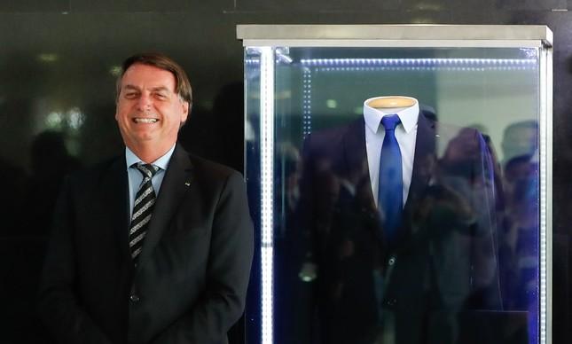 Jair Bolsonaro inaugura exposição do terno da posse